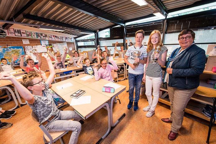 Mart Braakhuis en Marl ten Brinke krijgen uit handen van wethouder Irene ten Seldam de wisselbeker