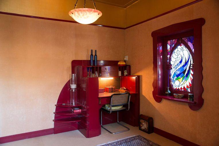 Het donkerrode, houten boudoir voor de vrouw des huizes Beeld Charlotte Odijk