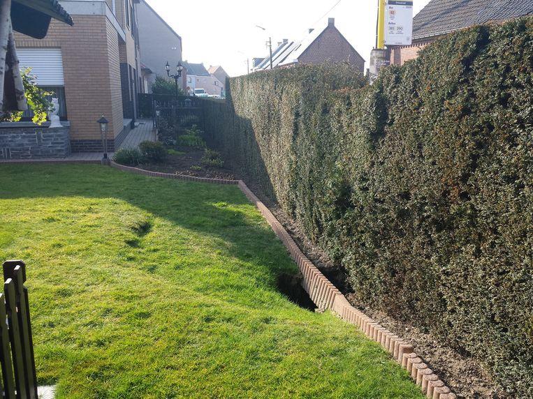 Een deel van de tuin van José en Louisa is al weggespoeld onder de straat.