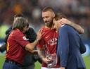 Daniele De Rossi knuffelt de emotionele Francesco Totti na zijn laatste wedstrijd voor AS. Links: voormalig Roma-aanvaller Bruno Conti.