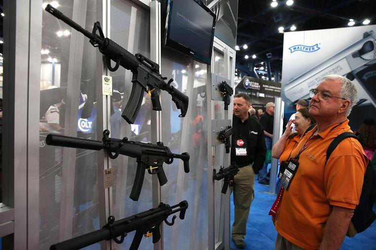 Bezoeker van een wapenbeurs in Houston, Texas.