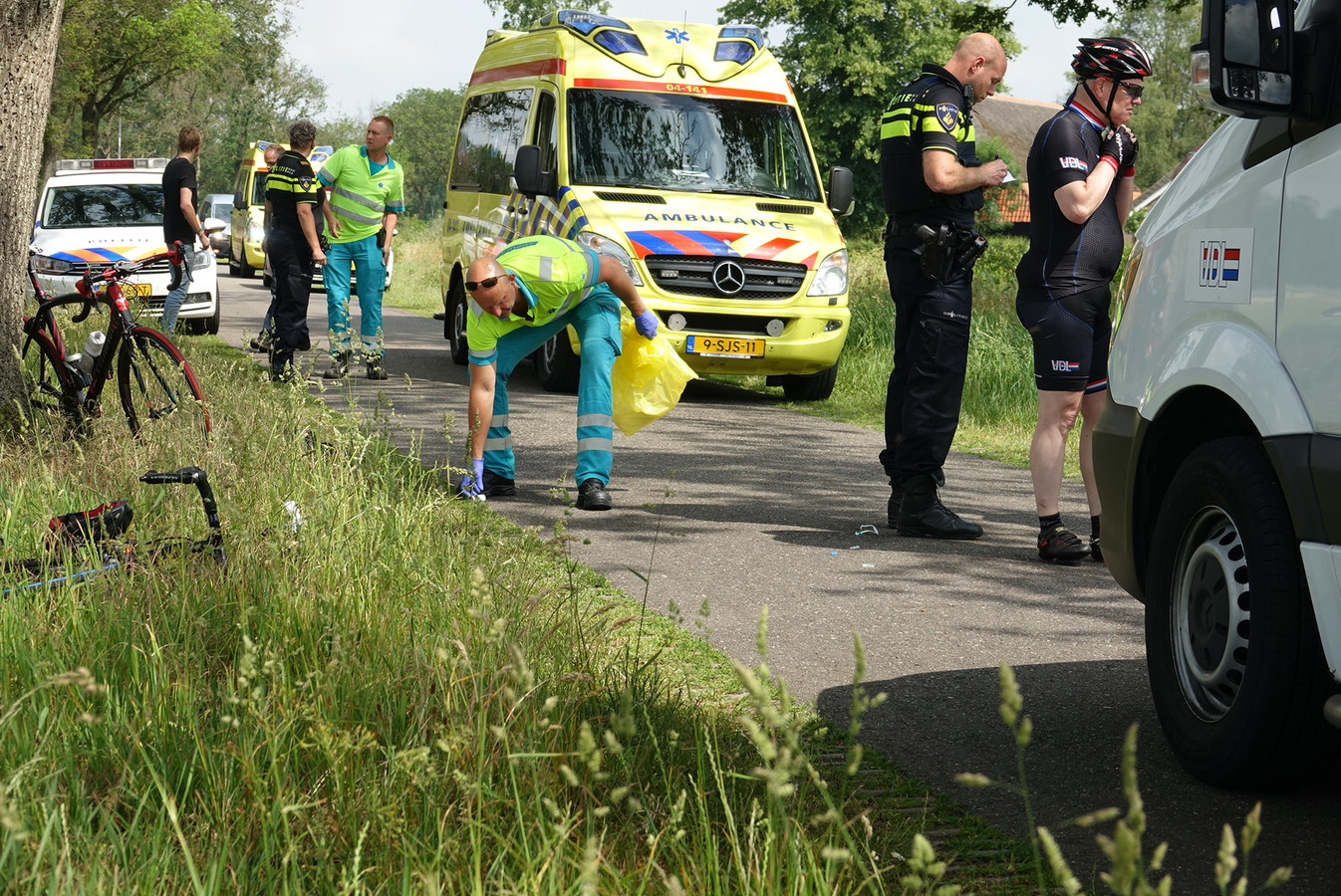 De hulpdiensten zijn druk na het ongeluk van de wielrenner.
