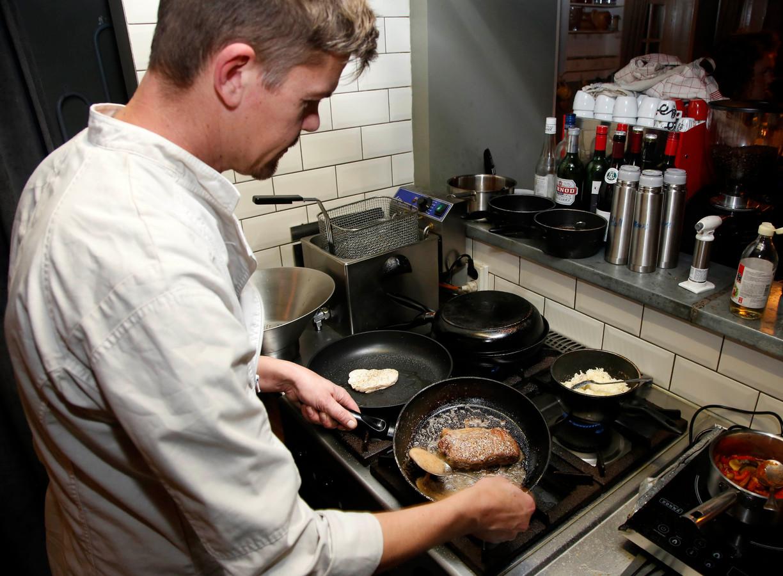 Chef Maarten Hamelinck kookt in het zicht van de gasten.
