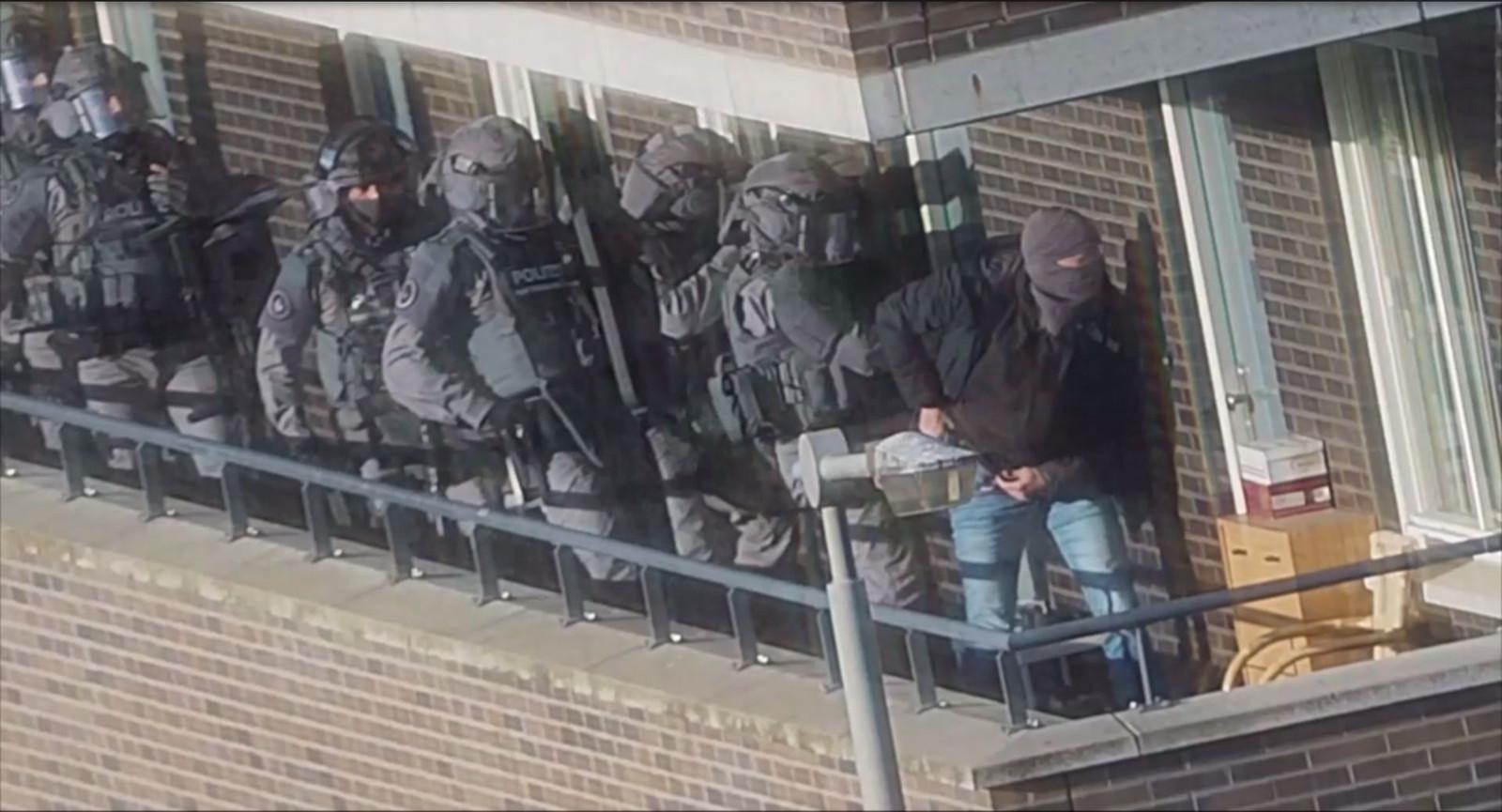 Een zwaarbewapend arrestatieteam valt de woning van een van de verdachten in Arnhem binnen op 27 september 2018.