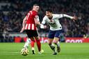 Heung-min Son flitst voorbij John Lundstram tijdens Tottenham Hotspur - Sheffield United.
