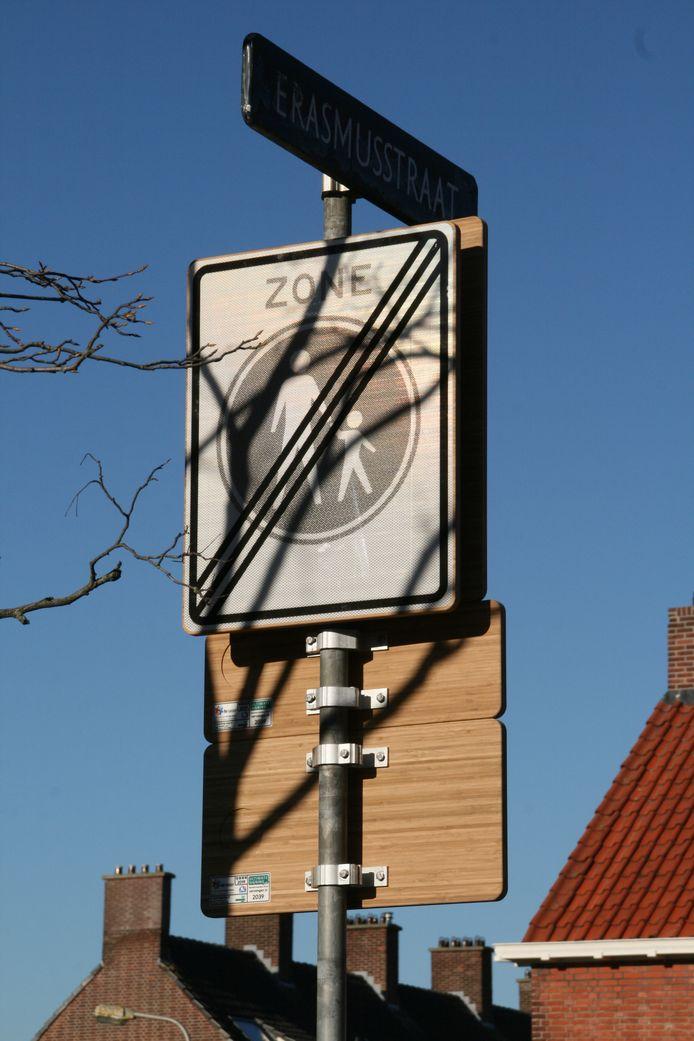 Een bamboeverkeersbord in het Zuid-Hollandse Voorschoten