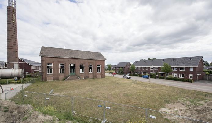 Groen grasveld voor vroeger ketelhuis wordt alsnog volgebouwd met zeven woningen; buurtbewoners voelen zich benadeeld omdat dit in het voorontwerp en ontwerpbestemmingsplan een groen hart zou blijven.