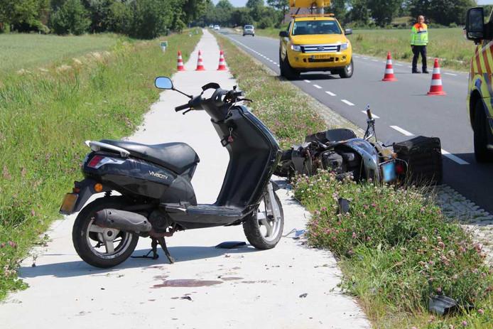 De snortfietser en de bromfietser raakten allebei gewond bij de botsing.