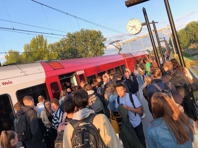 De trein van kwart voor acht stopte wél, maar was volgens reizigers overvol.