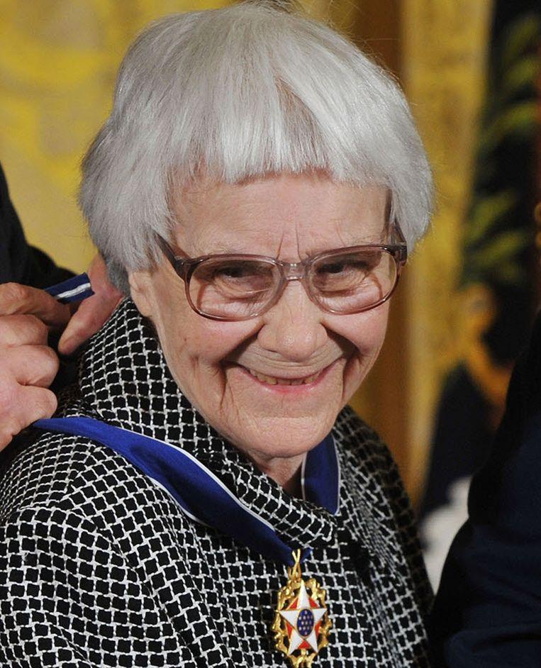 Harper Lee in 2007, toen ze door de toenmalige Amerikaanse president George W. Bush werd onderscheiden met de presidentiële Medal of Freedom. Beeld AFP