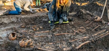 Archeologen raken tel kwijt bij opgraven lijken massagraf Vianen en zijn nog tot de kerst bezig