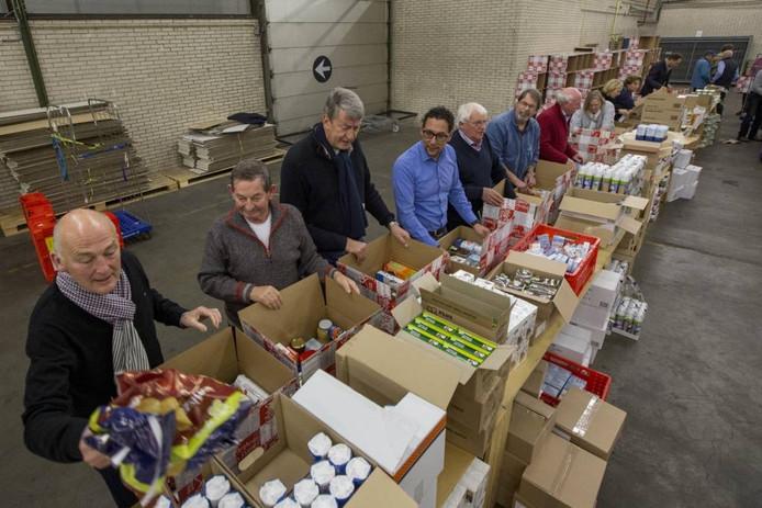 Inpakken van kerstpakketten van de stichting Nomen Nescio voor mensen die in nood verkeren.