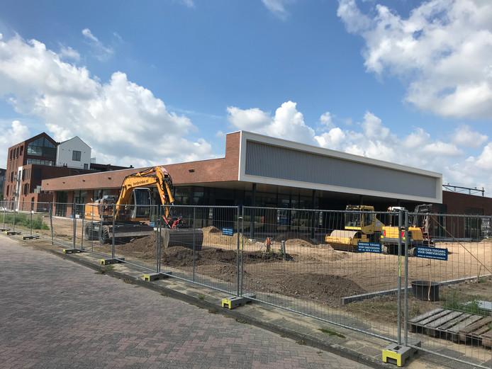 Het terrein aan de voorzijde van het nieuwe AH-filiaal, waar ook het parkeerterrein wordt gerealiseerd, in Rijssen wordt momenteel ingericht.