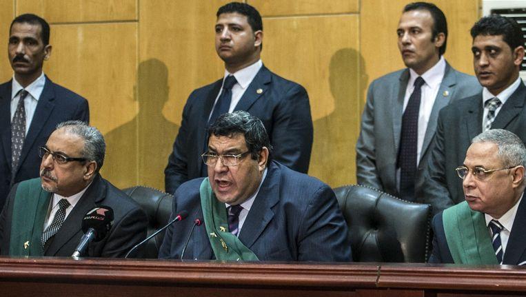Gisteren werden er door de Egyptische rechter Shaban el-Shamy (M) meer dan 100 verdachten ter dood veroordeeld. Vandaag werden er zes extremisten geëxecuteerd. Beeld afp