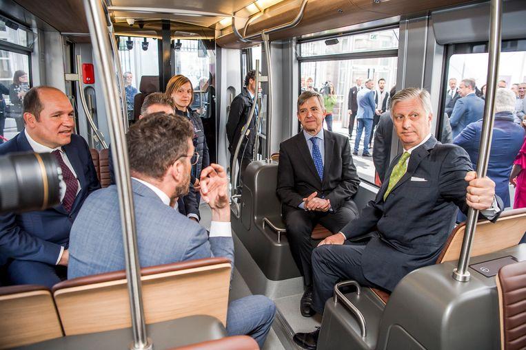 Burgemeester Philippe Close, MIVB-STIB CEO Brieuc de Meeus en koning Filip maken een ritje met de nieuwe trams.