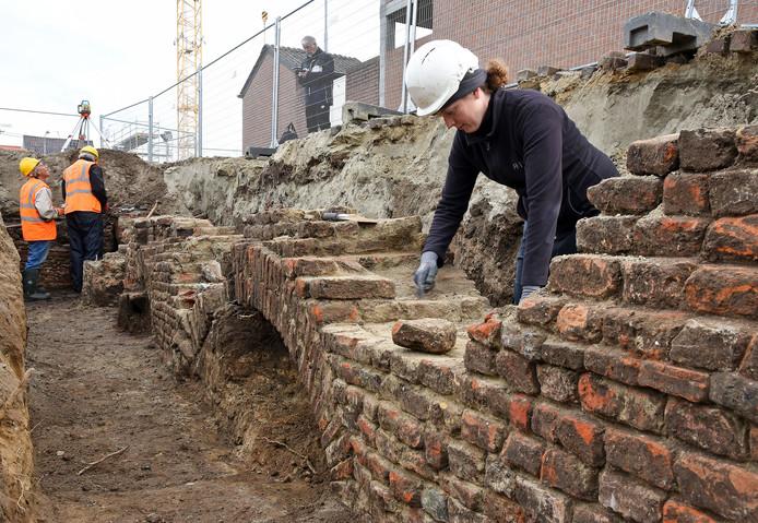De fundering van het middeleeuwse klooster met op de voorgrond Els Coppens.