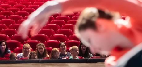 Jonge danseressen kijken ademloos naar ballerina's die De Notenkraker uitvoeren in Etten-Leur