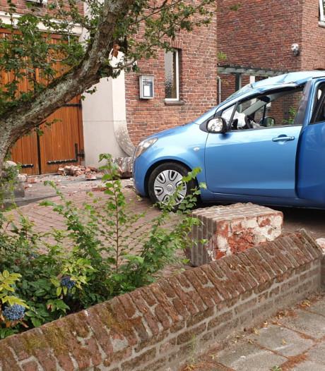 Vrouw verliest macht over stuur in Haaksbergen en rijdt tuin van kerk in