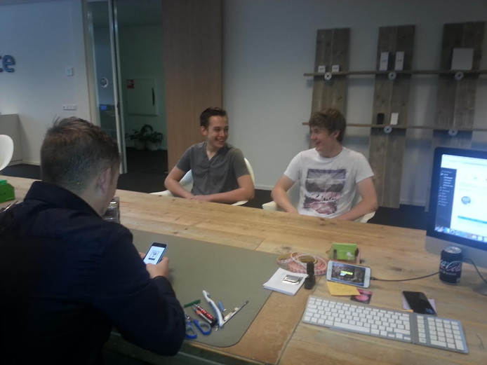 Thom en Tom laten de app installeren in Telefoonwinkel SmartPhone-Point in Vught
