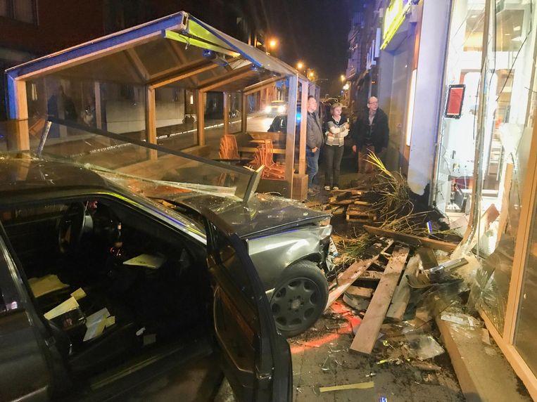 De auto ramde het terras en de vitrine.