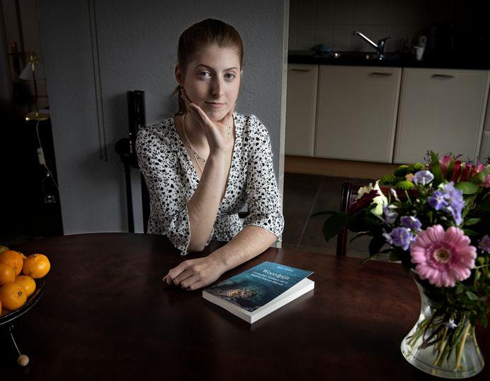 """Sam Mollee schreef een autobiografische gedichtenbundel tijdens en na haar crisisopname als gevolg van suïcidaliteit. ,,Het is me gelukt om op te staan, om weer te leven."""""""