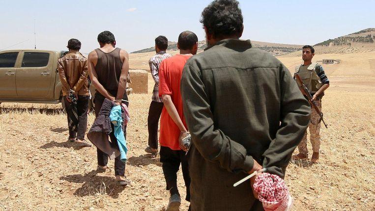 SDF neemt bij het offensief op Manbij mannen gevangen die volgens hen IS-strijders zijn. Beeld reuters