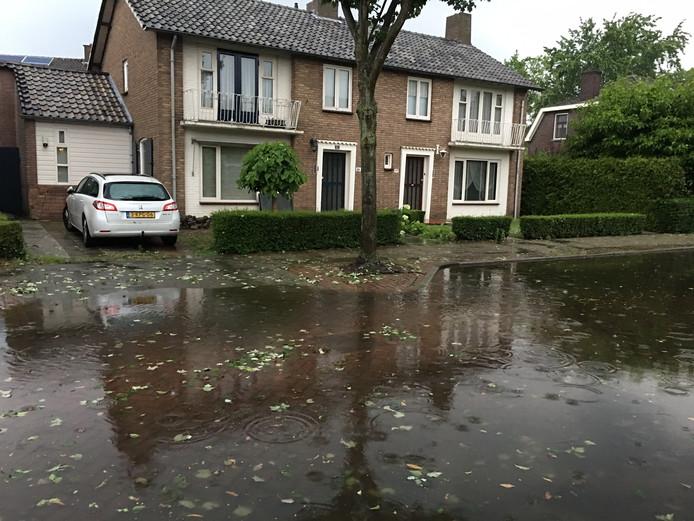 De Nieuwstraat in Valkenswaard is ondergelopen.