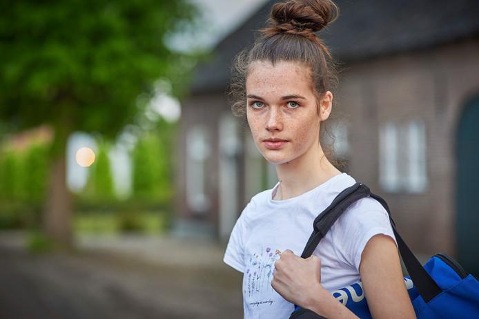 Anne van Dijk (nu 16) uit Zeeland werd als 13-jarig meisje gefilmd door haar volleybaltrainer terwijl ze zich aan het omkleden was.