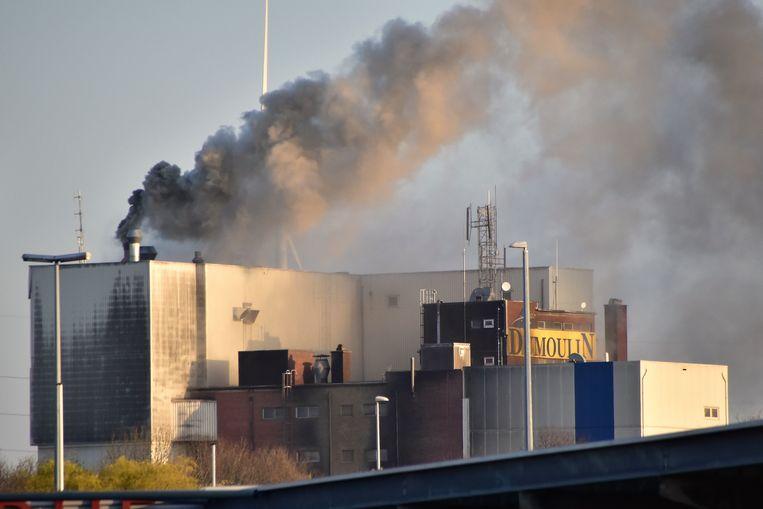 De rookpluim was tot kilometers in de omtrek te zien.