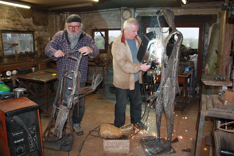 Patrick Steen (r.) kreeg hulp van collega Martin Claeys bij het maken van de kerstinstallaties.