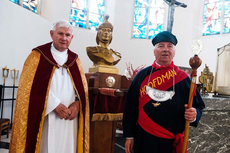 Pastoor Jan Simons en organisator Frans Van Hasselt aan de heilige Quirinius.