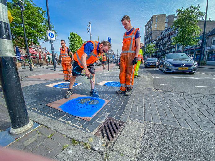 Blauwe stippen in de binnenstad geven fietsers aan hoe ze afstand kunnen houden. De stippen werden deze week aangebracht.