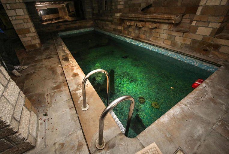 Erg aanlokkelijk oogt het zwembad niet meer. Er drijft afval in rond en het water heeft inmiddels een groene schijn.
