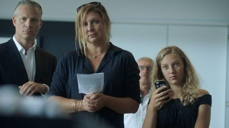 Ook Jans vrouw Lien en dochter Anna zijn te zien op de fictieve uitvaartplechtigheid.
