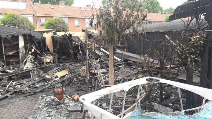 De achtertuinen van de getroffen bewoners in de Burgemeester Van der Lelystraat in Woudrichem. De ravage is een dag later nog duidelijk zichtbaar.