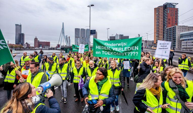 Leraren demonstreren op de Rotterdamse Erasmusbrug. Beeld Raymond Rutting / de Volkskrant