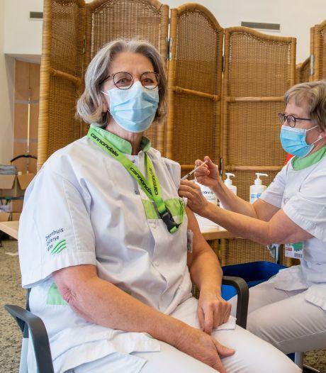 Ook Ziekenhuis Gelderse Vallei is begonnen met vaccineren: 'Anneke, je doet het fantastisch!'