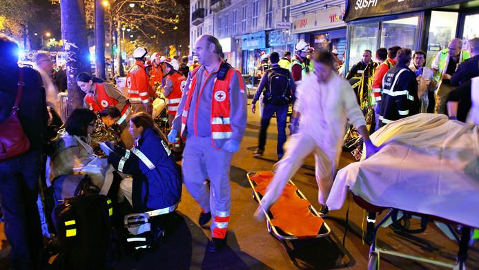Hulpdiensten ontfermen zich over de slachtoffers bij het Bataclantheater in Parijs
