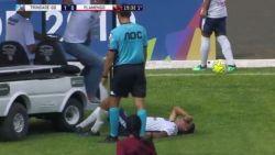 VIDEO. Auwch! Medische kar rijdt over gekwetste voetballer