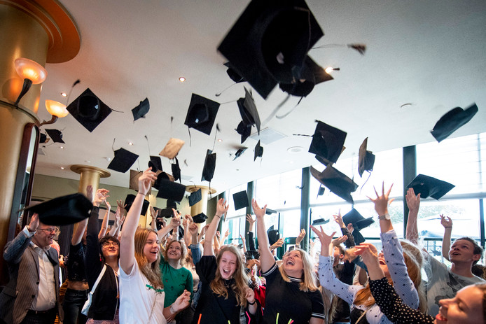 Hoedjes gaan de lucht in tijdens de laatste Graduation Party in Almelo.