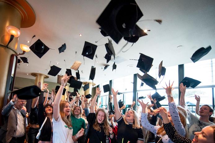 Geslaagd! De hoedjes gaan in de lucht bij de Graduation Party van Almelo in 2018.