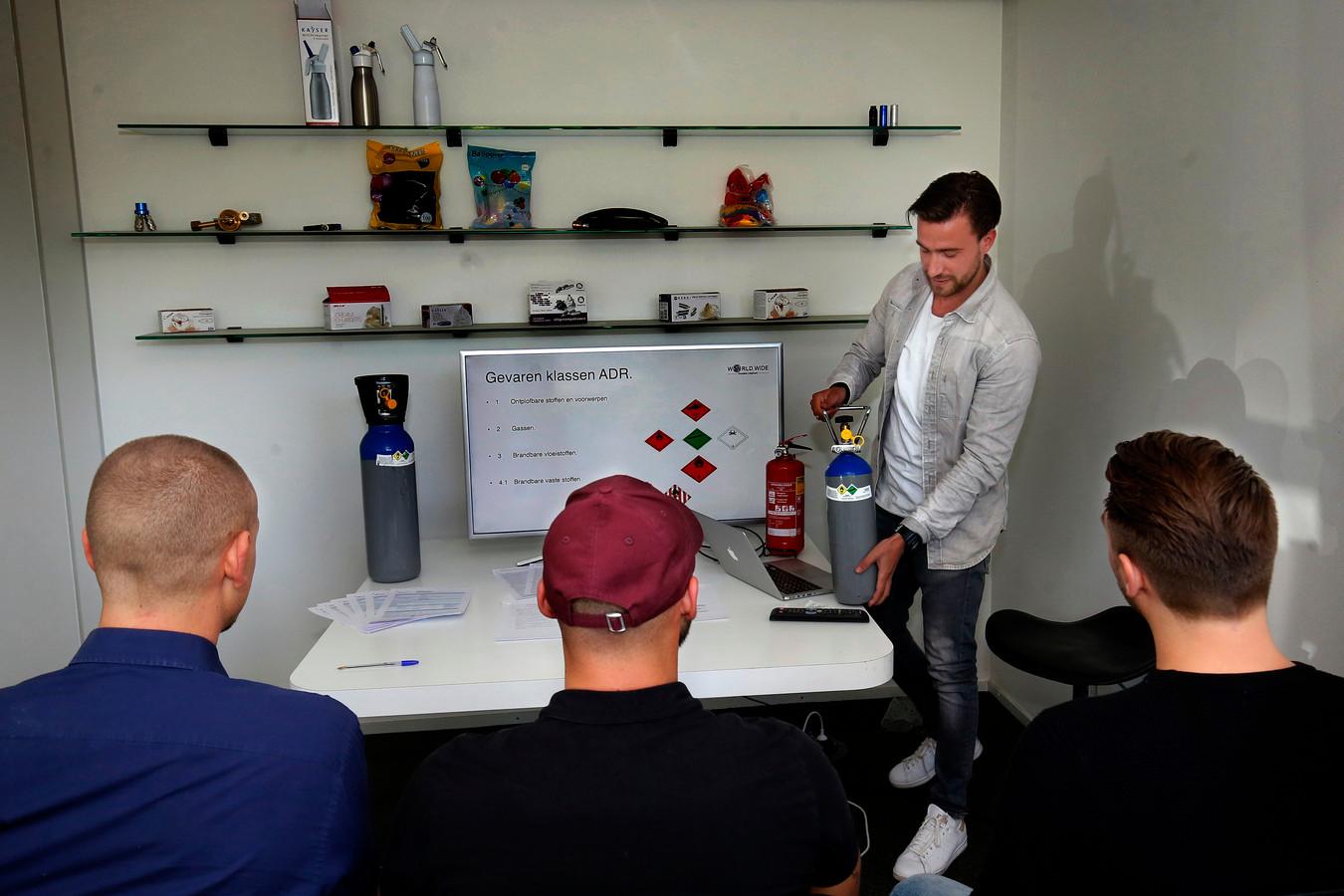 Nick demonstreert aan klanten de werking van een gasfles