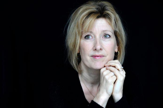 Ariane Schluter die de rol van Lucia de B. vertolkt tijdens de overhandiging van de filmeditie van het boek Lucia de B.