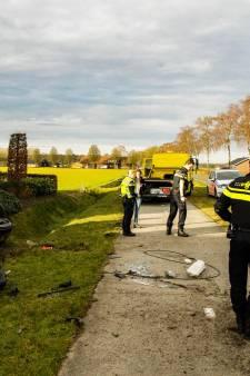 Auto crasht in voortuin huis Someren: gewonde naar ziekenhuis