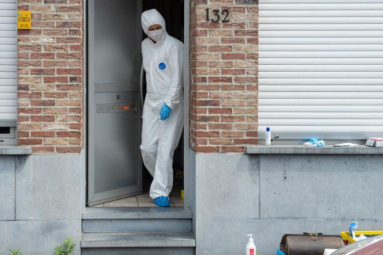 Een onderzoeker van het labo in de woning van de vermoorde man woensdag.