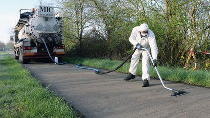 Saneringsfirma stofzuigt asbest van weg