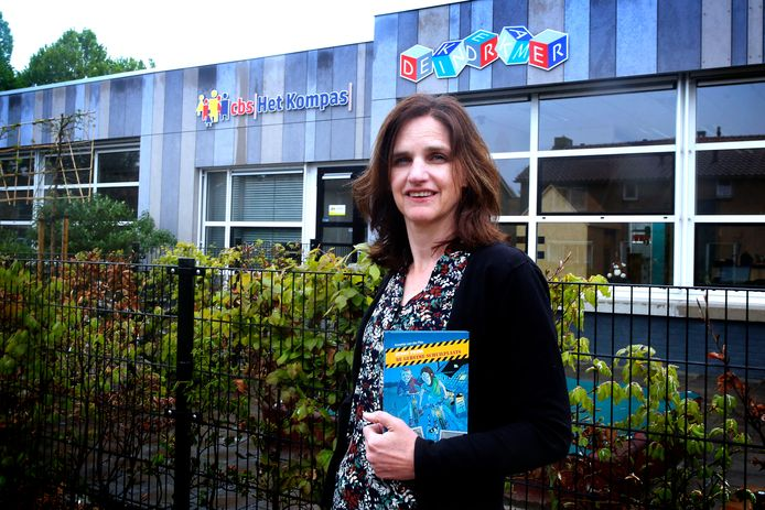 Schrijfster Annette van der Plas voor de basisschool in haar woonplaats Vuren, met haar boek waarbij ze een lesbrief maakte.