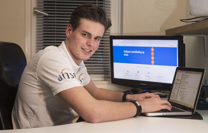 NEEDE - Jop Wolterink is 18 en begint zijn eigen ICT bedrijfje Jitso. Foto van hem bij de pc ofzo Fotobon-nummer: TT-2019-008060 EDITIE: AC FOTO: Frans Nikkels FN20190107