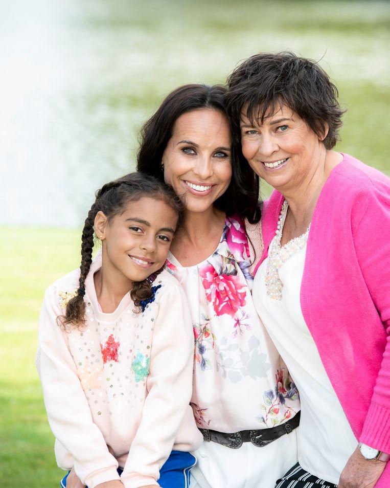 Ann Van Elsen met haar mama Ingrid en haar kinderen dochter June en zoon Jack.