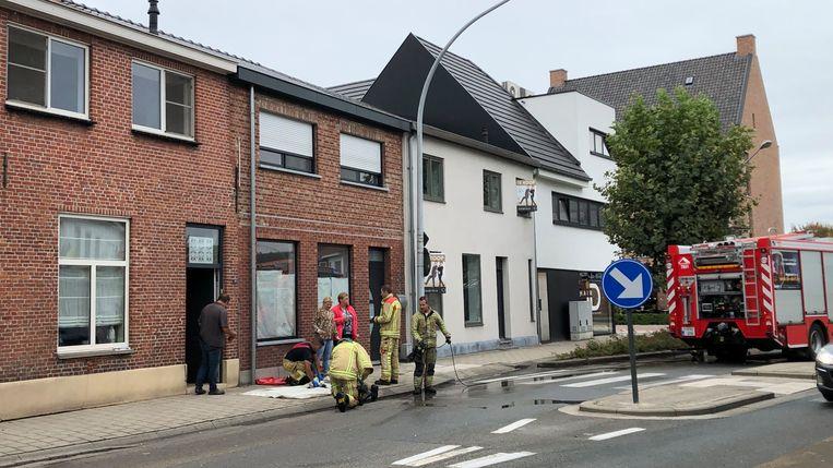 De brandweer aan de woning aan Dorp in Poppel.